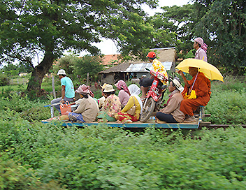 360°-GEO - Cambodge, le petit train de bambous